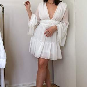 Finaste klänningen från Miss Ord, endast testad! Perfekt för student eller skolavslutning eller bara som fin sommarklänning. Skriv för fler bilder! Köparen står för frakt (+66kr)💕