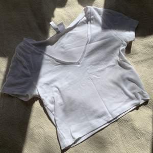 Säljer denna vita ribbade croptoppen i storlek S, superfin till kjolar på sommaren ❤️