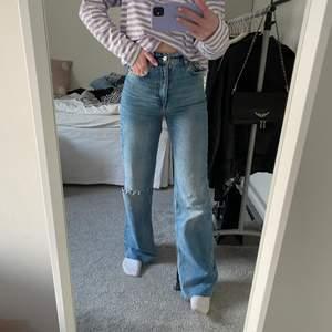 Supersnygga jeans från zara i stl 34💕💕 de har slits och ett hål på ena benet💕💕 slutsålda överallt och är i princip aldrig använda💕💕 har ni frågor är det bara att skriva⚡️⚡️ köp direkt för 200+frakt)💕💕