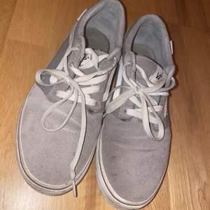 Säljer mina gråa vans skor dem är 6/10 skick skänkes mot betald frakt ☺️