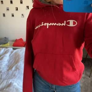Säljer min röda champion hoodie. Knappt använd😌❤️