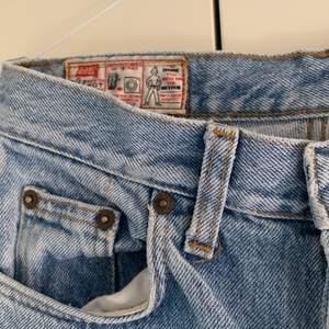 Så snygga jeans från rifle! Ljusa och perfekt till sommaren, säljes pga behöver pengar💔 dom är raka och midwaist, storlek s men passar både xs-m beroende på vilken fit man vill ha!