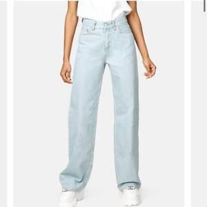 Säljer mina snygga jeans från junkyard. De är knappt använda. Storlek 27, men lite insydda i midjan, så skulle säga storlek 26. Jag är 1,70! Köpta för 500kr. Frakt 79kr