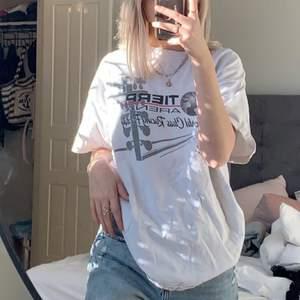 Trendig vintage t shirt! Jättesnygg passform, väldigt oversized❤️ köpare står för frakt 66kr
