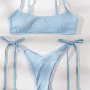 Säljer en helt oanvänd bikini! (Endast testad med underkläder på) Både underdelen och överdelen går att justera!