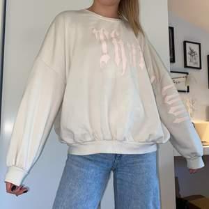 Beige oversized sweater med rosa tryck från Berska. Säljer för att jag inte fått så mycket användning av den, i fint skick! Köpt för 1 år sedan. (Pris kan diakuteras) Skicka meddelande vid intresse/frågor💖