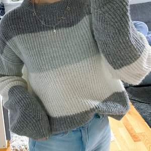 En randig stickad tröja från Nakd🤍 Supermysig att ha på kyliga sommarkvällar!