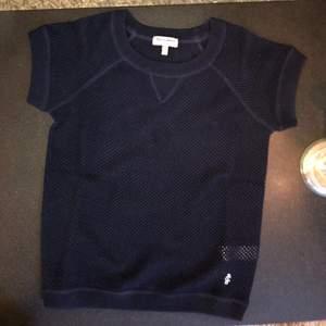 Tunnt stickad Juicy Couture topp. XS. Mörkblå. Ej använd för jag tycker liten på mig.