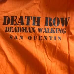 Skit cool edgy Death Row skjorta. Jag ber om ursäkt för att den är så skrynklig, går såklart att stryka. Sitter snyggt oversized. Storlek: S man storlek. Köparen står för frakt.