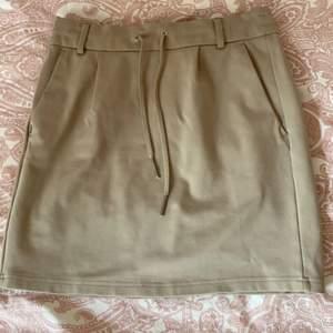 Säljer denna Beige kjol från only i storlek S. Så bekväm verkligen! Använd fåtal gånger så är i bra skick! Skriv till mig om fler bilder önskas 💕
