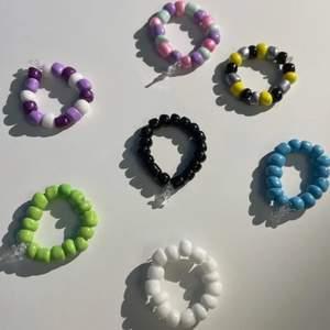 Säljer ring som jag gör, du väljer färg och mönster och mät runt dit finger och skriv storlek så fixar ja.