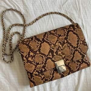 Väska i fejkskinn från Zara med lång kedja. Superfin och fräsch❣️frakt tillkommer