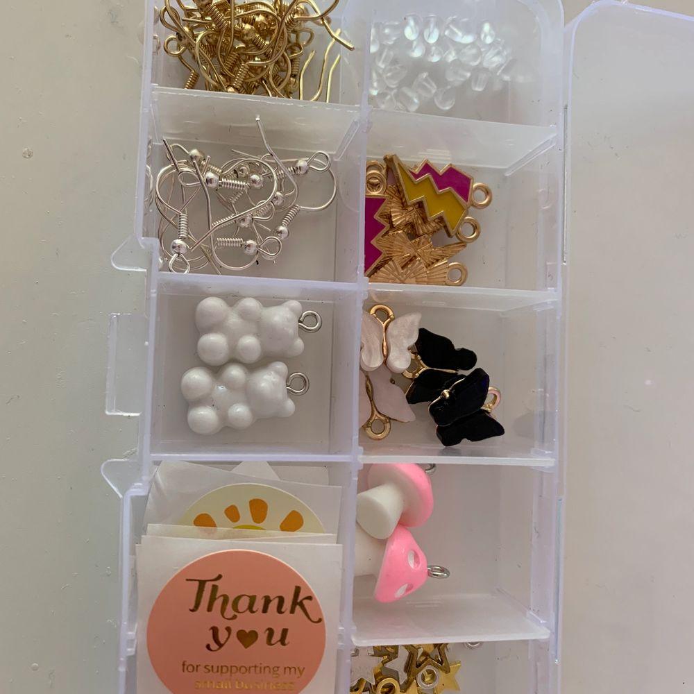 Ett startkit så man kan göra örhängen!! Allt man får med ser man på bild 2 och 3💕 frakt tillkommer❤️ krokarna är nickelfria . Accessoarer.