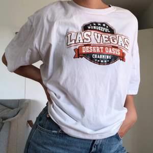 Supersnygg och skön oversized tshirt, knappt använd och i fint skick (lite skrynklig på bilden dock!). Köparen står för frakt 🤍