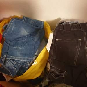 En påse med pojk kläder storlekar 110-116 blandat 100 kr  Andra påsen pojk kläder storlek 98-104 blandat. 100 kr