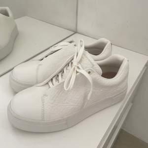 Eytys doja tumbled sneakers, storlek 40. Aldrig använd dessa skor🙌🏼💘köpt i början av sommaren från miinto.se för 1800kr. Skriv för mer info. Inga defekter eller liknade.