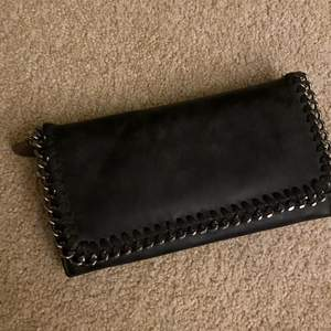 Hej, säljer nu min handväska/plånbok då man kan använda den som båda handväska eller plånbok de beor på vad man själv vill, har knappt användt den så den ä i väldigt bra sick💕 frakt står köparen av🥰 hör av er vid fler frågor