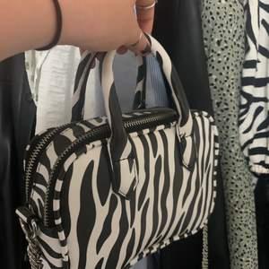 Säljer nu min as fina skinnimiterad väska med zebra mönster. Som är exakt som ny har använt den max 2 gånger har inte kommit till användning för mig men du kanske gillar den🥰🥰