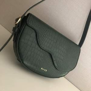 Superfin handväska från NAKD, men tyvärr kommer den inte till användning längre. Väskan är nästan aldrig använd och därmed i nyskick.❤️ säljer den för 150+ frakt☺️