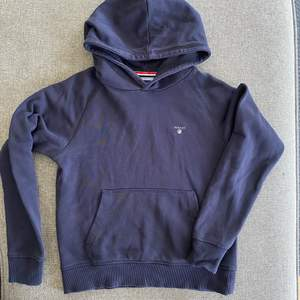Marinblå hoodie feån Gant. Storlek 146-152 (11-12 år)