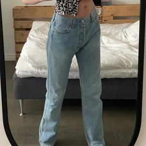 Säljer endast vid bra bud. Vintage Levi's 501 jeans i jättefint vintage skick. Dem är str 30/34 men sitter mindre, skulle säga 36. Dem perfekta raka och långa baggy jeansen, säljer då jag har många likadana. Frakt tillkommer
