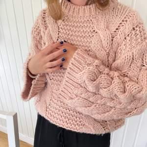 jättefin stickad tröja från nakd i en ljusrosa färg storlek xxs/xs men passar även större då den är oversized i modellen.