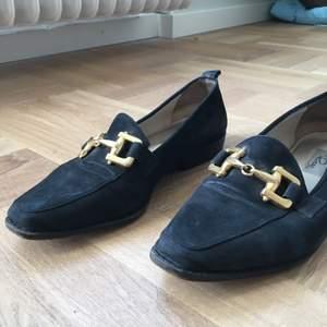Mörkblå loafers med guldlänk. Liten klack. Använda men i fint skick. Från Rizzo. 💙🦋