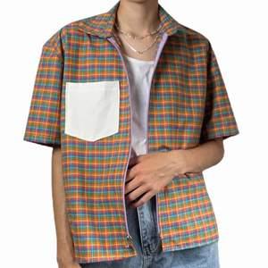 Handsydd unik skjorta med dragkedja!!! Jag är 170 cm och har vanliga fall strl xs till m.                                                                       (Köpare står för frakt och den skickas efter att köparen betalat) (Frakten varierar beroende på om köpare vill att paketet ska skickas spårbart eller icke spårbart)