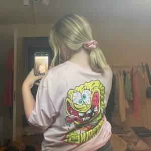 Säljer denna svamp Bob t-shirt som aldrig är använd. Passar S-Xl💕💕