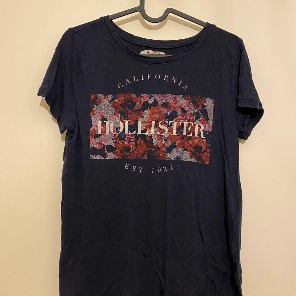 En av mina favorittröjor från Hollister, som är i fint skick trots att den använts flitigt. Tröjan är i storlek S och tyget är stretchigt. 60:- plus frakt. Kan mötas upp i Trelleborg, Malmö, Vellinge och Höllviken! ❤️. T-shirts.