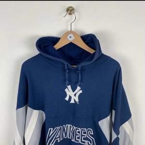 En blå, grå, vit vintage Hoodie. Från New Yorker Yankees. Den är inte mjuk innuti. Den har inga hål eller större slitningar men man märker att den är använd. Som en begagnad vintage tröja brukar kännas. Den är i storlek L och är overzised. Köpte den för 475 kr (+200kr frakt) på en vintage sida i England. Hör gärna av er om ni har några frågor :)