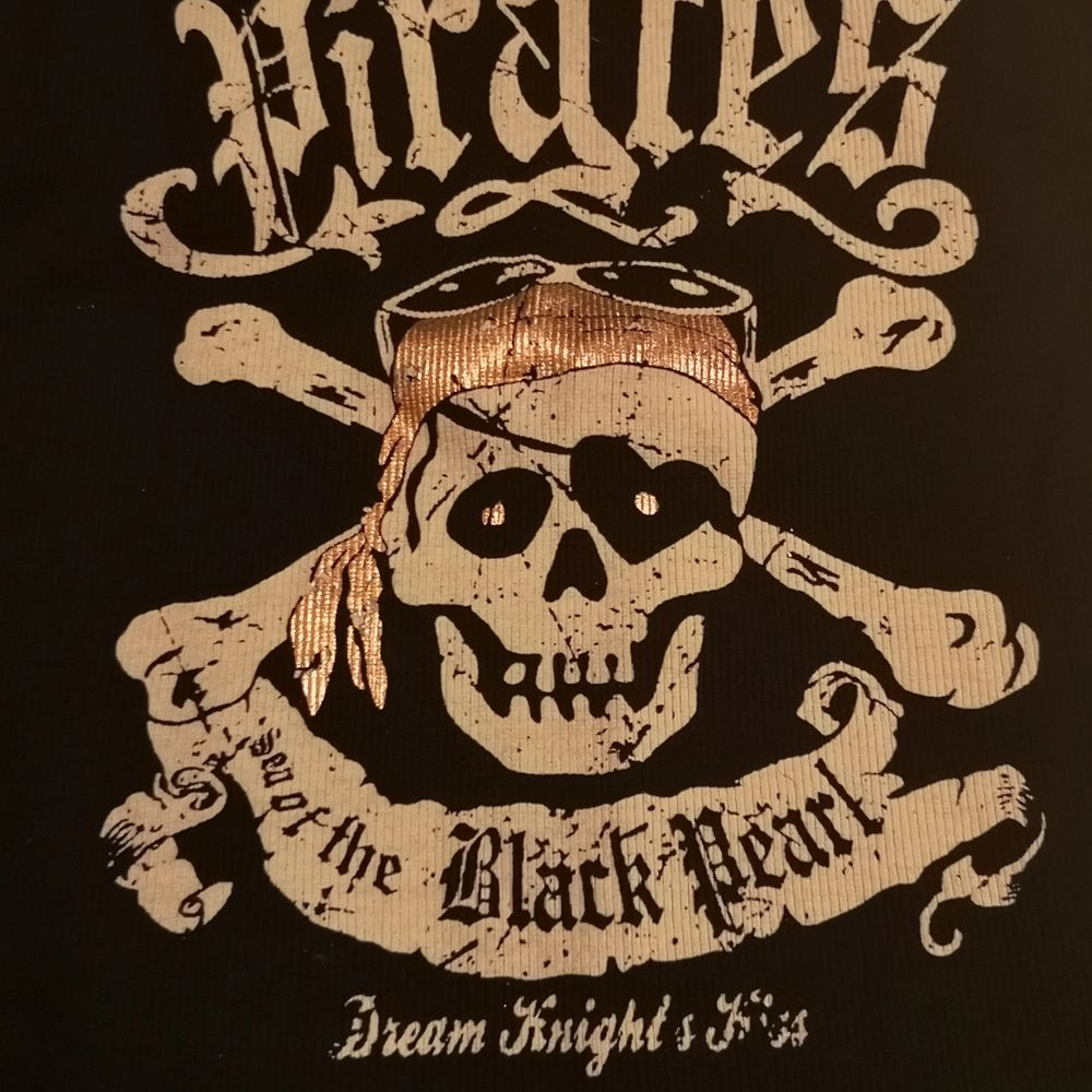 Svart linne från fishbone med texten Pirates of the Black Pearl. Knappt använt! Sitter som en S/M. . Toppar.
