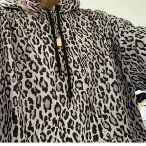 Leo mönstrad hoodie från nakd. Strl S men den är oversized.🤍