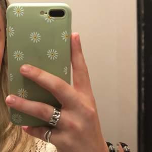 2 st sparsamt använda skal som passar iPhone 8 Plus och ett som aldrig är använt och passar 11 PRO Max💖 50 kr st🥰