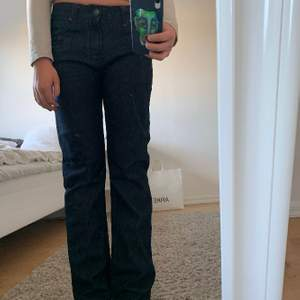 Jättefina lågmidjade jeans med coola fickor och detaljer! färgen syns bäst på bild 2, säljer pga tycker inte om modellen🙏🏻 storlek 29/32 och jag är en S/M och 170cm. Står ej för frakt