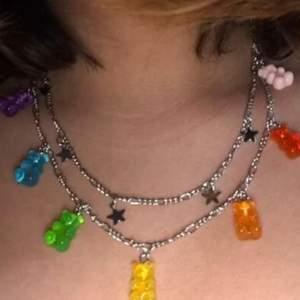 Säljer mitt halsband med flerfärgade björnar på💕