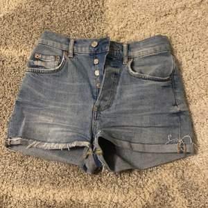 Säljer dessa skitsnygga shortsen från Gina Tricot💓 Snygg blå färg med lite fransar nedtill, passar perfekt nu till sommaren!! Dem är i storlek 34 och jag säljer dem då jag tycker dem är lite små för mig✨ Priset kan diskuteras