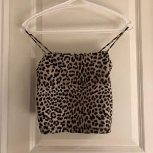 Leopard linne från Gina Tricot i storlek S. Köparen står för frakt.