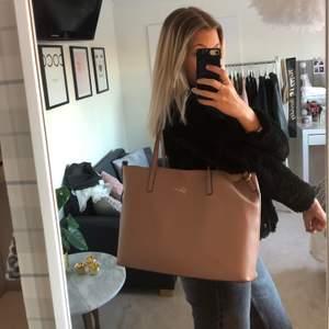 LÄGG BUD! snygg väska i gammelrosa från guess. Denna är sparsamt använd och passar perfekt nu till våren🤩 tillhörande clutch som kan fästas i väskan med knytbandet om så önskas. Väskan stängs med två knytband och den är väldigt rymlig💕väskan har en guldig insida vilket passar väldigt fint till den rosa färgen💘