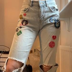 Säljer dessa jeans pågrund av att de inte används längre. Midjemåttet: cirka 39cm Innerbenslängden: 79cm Står att det är i stl 36 men skulle säga att det är en 38/40.