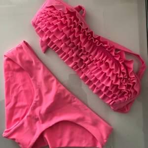 Bikini i härlig rosa färg som inte längre kommer till användning. Toppen är bandeu och knyts i ryggen. Underdelen är egentligen inte tillhörande men de matchar ihop väldigt bra💕 därav säljs de tsm.