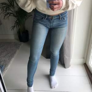 Jeans från Abercrombie & Fitch. Jättefin tvätt och snygg passform men tyvärr för små för mig :(