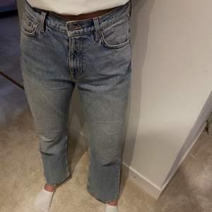 Ett par blåa flared cropped jeans från Arket. Storlek W26, det finns mer information om jeansen på sista bilden. På första bilden ser färgen lite annorlunda ut på grund av ljuset, byxornas färg ser precis ut som färgen på bild 2!