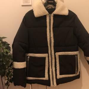 Puffer jacket från monki, i bra skick och självklart nytvättad☺️ Ursprungligen XXS men passar XXS-S flr den är oversized. Inga defekter, köpare står för frakt, kontakta för fraktkostnad💘 Meddela gärna vid övriga frågor också svarar gärna på dem!🙏