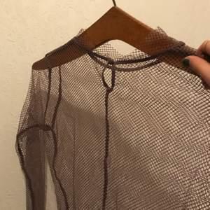 Lila nät-tröja! Fett snygg! Köpt secondhand å står inga storlekar men passar mig som är S! Fint skick! 60kr + 24kr frakt