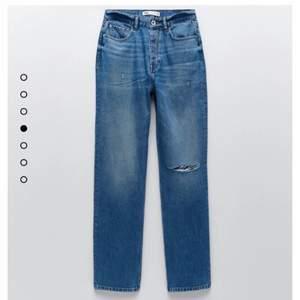 Säljer helt oanvända trendiga jeans från zara på grund av fel storlek💜 skriv privat för fler bilder!!