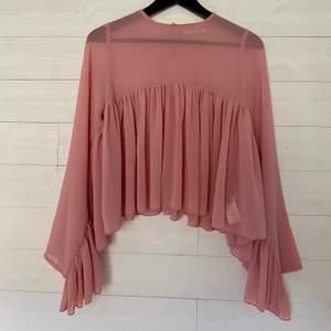 Säljer en fin blus i nyskick från NA-KD. Den har veck nertill som går från arm till arm. Den är see through upp till. Blusen är lite mer rosa än vad som fångades på bild 🌸