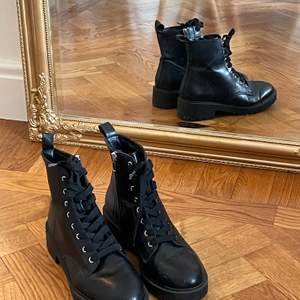 Svarta kängor i läderimitation från Nelly. Använda ca.5 gånger och i gott skick. Ord pris: 300kr