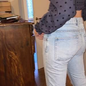 Fina jeans från weekday! De är i herrstorlek och funkar som lågmidjade på mig! De är raka i modellen!! (Modellen heter friday) Tar emot bud ifrån 100💋(KÖP DIREKT:250)