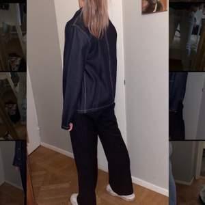 Snygga raka mörkblå kostymbyxor ifrån mango!! Toppenskick, tar emot bud ifrån 100kr⭐️⭐️⭐️(KÖP DIREKT:150)
